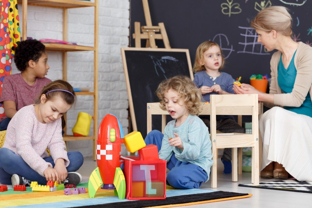 toddlers playing and building together